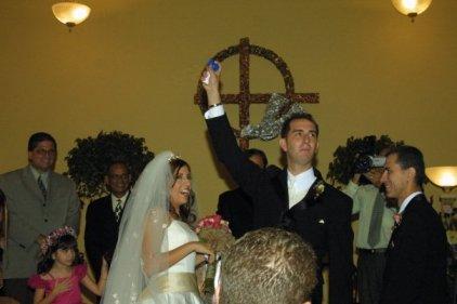 11 junio 2005 - Luego del beso sacó una chicharra para celebrar con los caballeros.